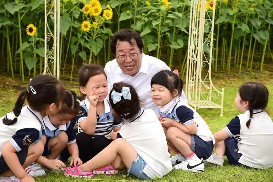 이상천 제천시장과 어린이들(모산비행장).jpg